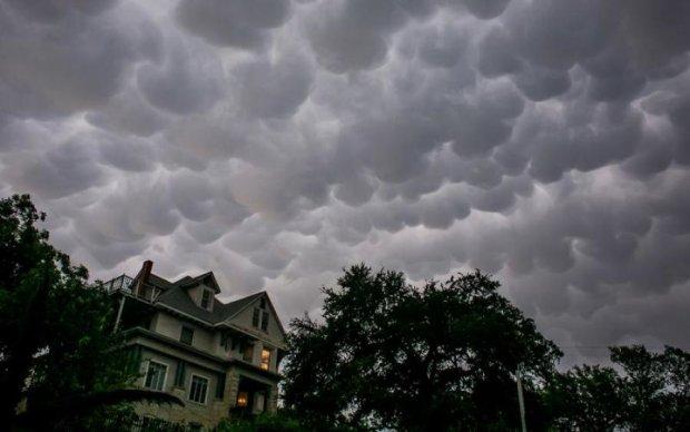 Величезна хмара перетворилася на смертельну стихію: відео