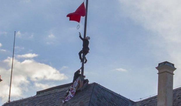 Гігантські червоні труси почепили над резиденцією чеського президента (відео)