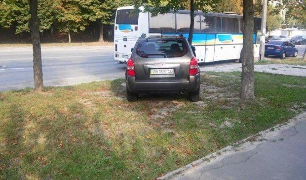 """""""Героїня парковки"""" окупувала київський газон"""