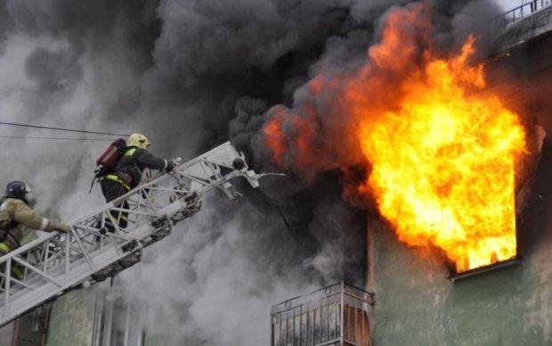 В Киеве горит общежитие для беженцев. Похоже на поджог