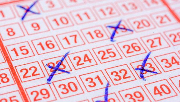 Чоловік знайшов в автомобілі старий лотерейний квиток, який виявився виграшним. Сам того не підозрюючи, 6 тижнів тому він став мільйонером