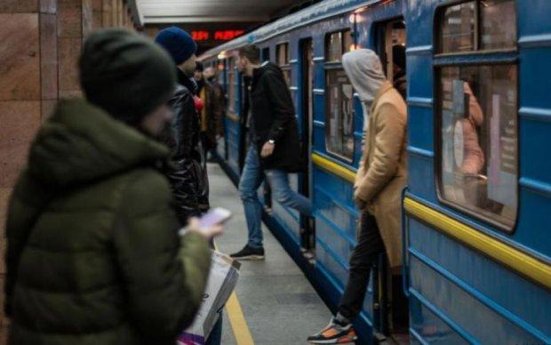 Легли под поезд: в сети нашли страницы неадекватов из киевского метро