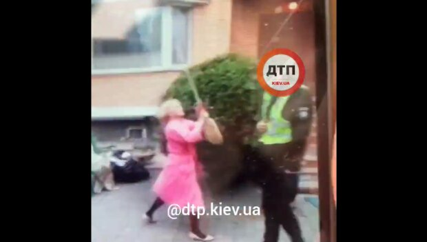 Киевлянка избила полицейского метлой, скриншот видео