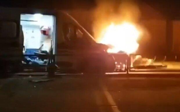 """У Харкові автівка протаранила швидку з вагітною дівчиною і влаштувала вогняне """"шоу"""" - спалахнула, як сірник"""