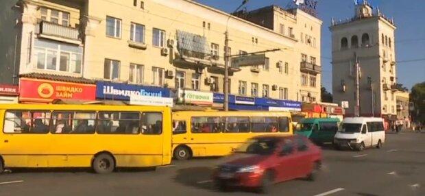 """Таксі по 700 гривень і """"маршрутка-привид"""": як українці добираються на роботу"""