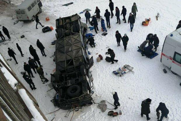 Переповнений автобус злетів з мосту просто до прірви, десятки загиблих: перші кадри і деталі аварії