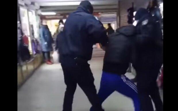 """Полиция повязала """"голого"""" харьковчанина в метро, вывели под руки: """"Город может спать спокойно"""""""