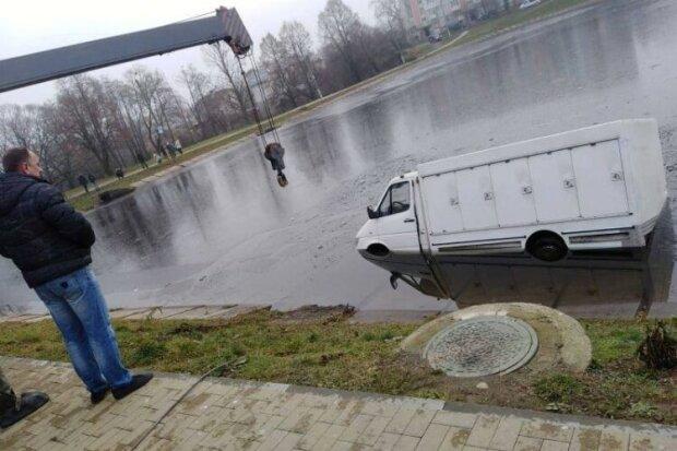 На Львовщине обезумевшая маршрутка нырнула в озеро и распугала всех лягушек