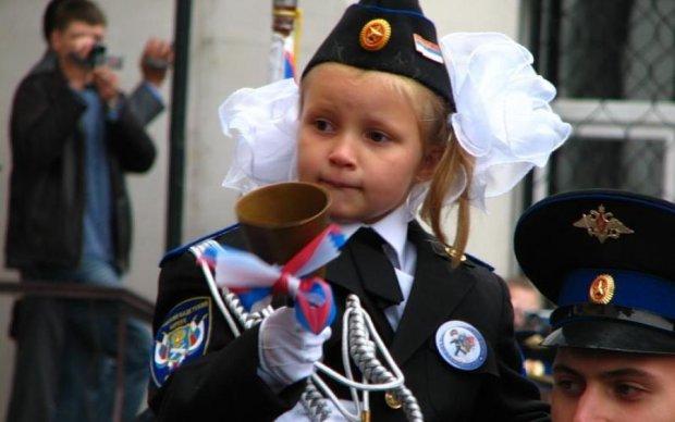 Це вам замість нормального життя: окупанти будуть дітей вчити воювати