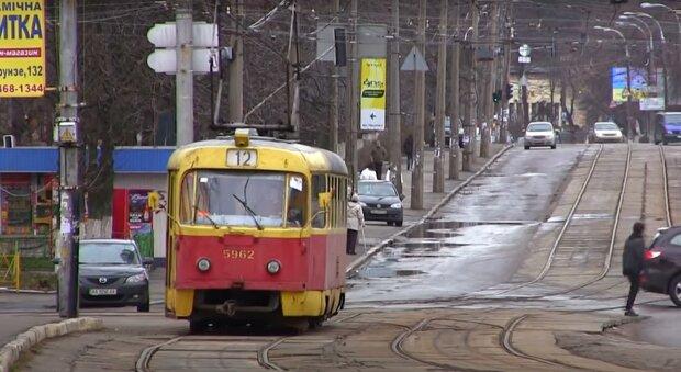"""Киевляне """"стопонули"""" наглых водителей, чтобы попасть на работу - прут по трамвайным путям, как танки"""