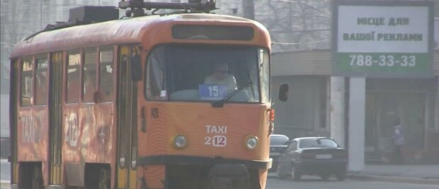 """У Дніпрі пасажири переповненого трамваю влаштували цькування громадянину, який здав їх копам – """"Тобі легше стало?"""""""