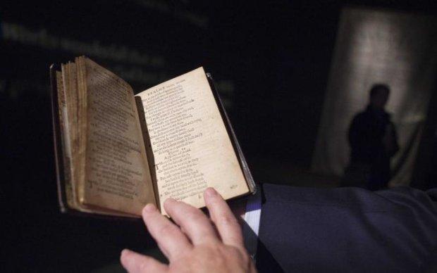 """Рукописи не горять: стародавні книги """"містично"""" пропали з київської бібліотеки"""