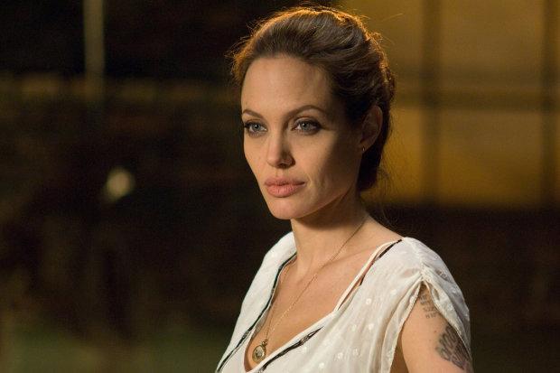 Анджеліну Джолі зловили об'єктиви папараці: колишня Пітта влаштувала гарячу фотосесію на балконі