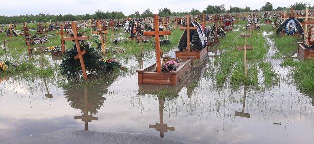 У Франківську затопило цвинтар, хрести у воді - моторошне видовище