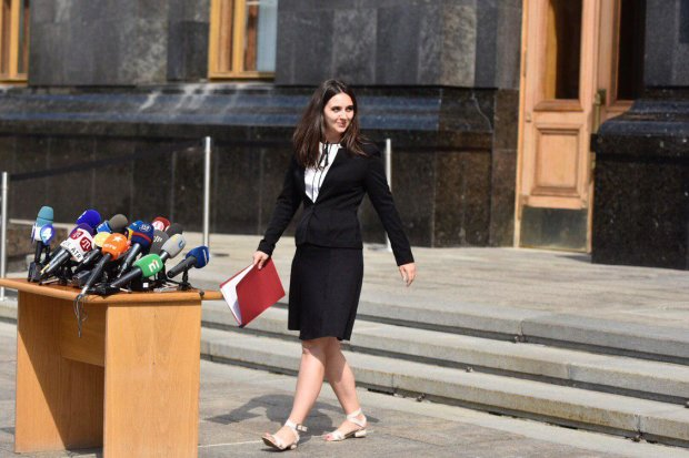"""Секретарша Зеленского вляпалась в скандал с """"русским миром"""", нелепые оправдания не действуют: у ГПУ есть вопросы"""