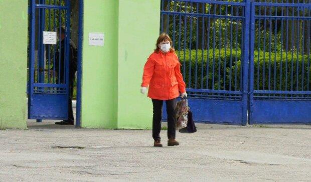 """В Днепре пациенты тубдиспансера прыгают через заборы, чтобы выбраться """"на свободу"""" - разгуливают по улицам и детским площадкам"""