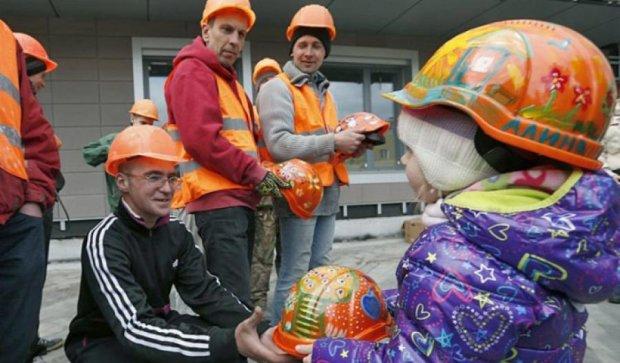 Юні пацієнти розмалювали каски для будівельників в «Охматдиті»