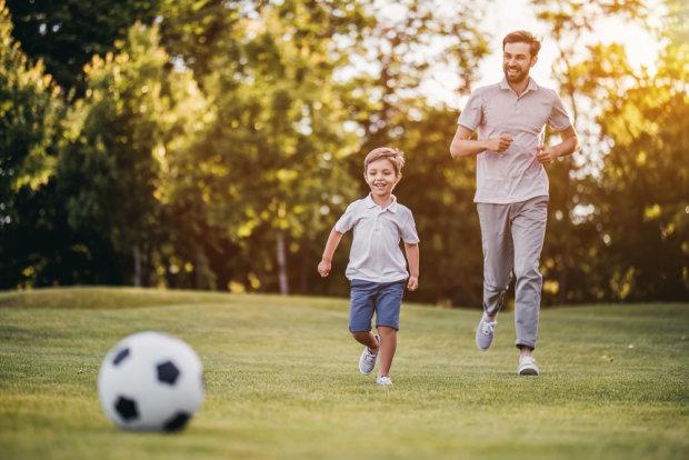 Як виглядає батько року: турботливий чоловік зробив все для того, щоб його син не пропустив гол. З нього повинні брати приклад усі батьки