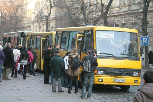 В Днепре водитель превратил маршрутку в новогодний Party Bus: как выглядит вечеринка на колесах, яркие кадры