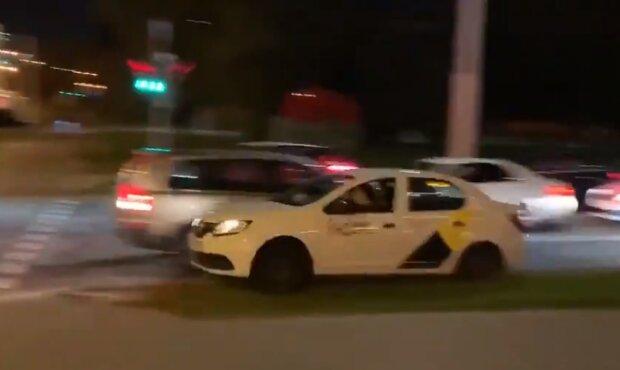 """Білоруський таксист вирвав протестувальника з пазурів """"карателів"""" Лукашенка: кадри героїчного """"форсажу"""" у Мінську"""