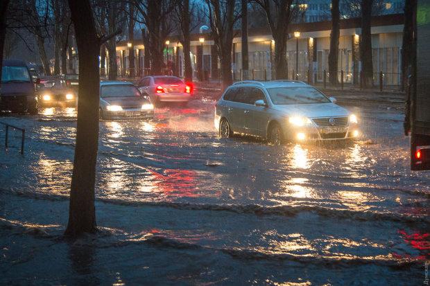 Одеса різко пішла під воду, місто зупинилося: перші кадри катастрофи (оновлено)