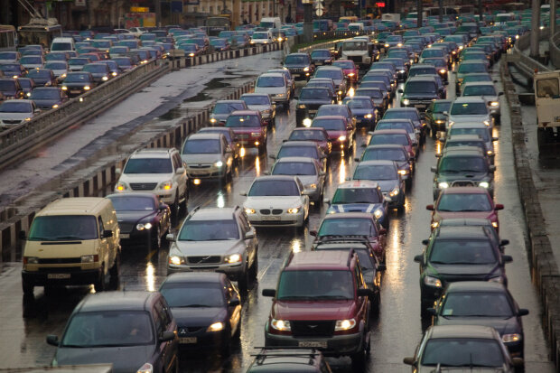 В Запорожье легковушка влетела под колеса товарняка, - заблокирована дорога в аэропорт