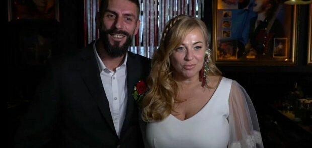 """Ветеран АТО и волонтер, история которых началась с шутки, стали супругами: """"Главное, что не град"""""""