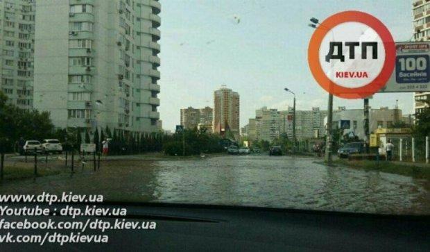 У Києві потоп через прорив каналізаційної труби