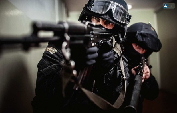 """Операція """"Заручник"""": терорист-грабіжник замкнувся у квартирі і погрожував вбити власну матір, довелося задіяти спецназ"""