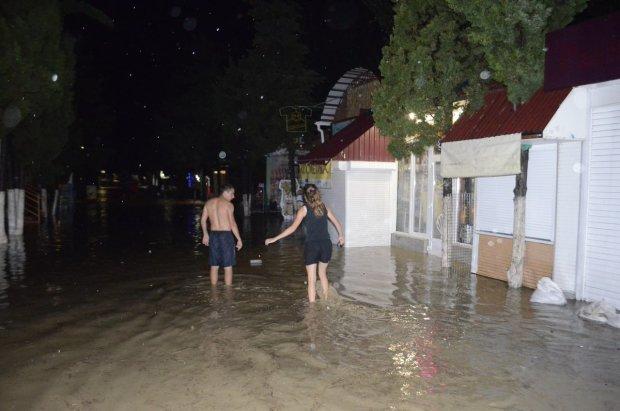 Армагеддон в Ялті: потужний потік зніс дівчину, в мережі показали моторошне відео