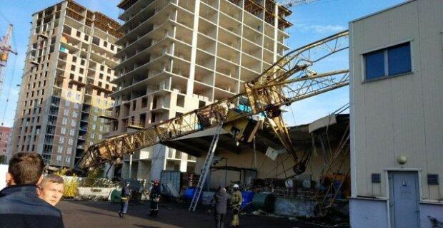 Во Львове строительный кран разбил супермаркет, есть пострадавшие: жуткие кадры облетели Украину