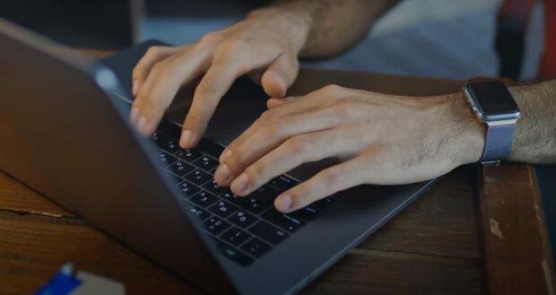 Користувач за комп'ютером, скріншот: Youtube