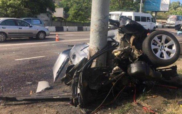 Не трансформер: в Одесі стовп порвав BMW навпіл