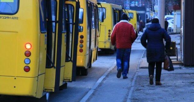 """Под Киевом маршрутка """"разулась"""" на ходу, пассажиры ахнули - кадры в шаге от..."""