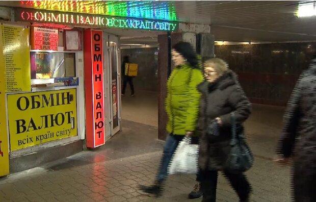 Курс валют в Україні на 8 січня показав різдвяне диво: гривня зміцнилася, а долар і євро впали