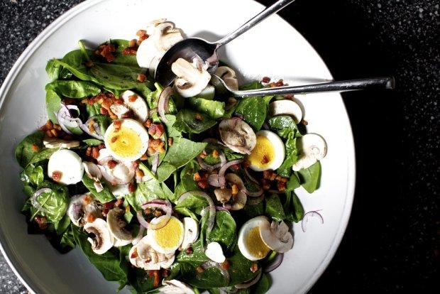 Рецепт теплого салата со шпинатом и беконом