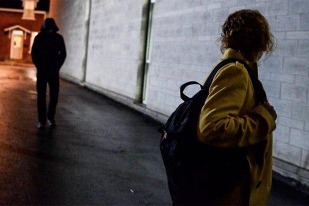 """""""Кулаком в обличчя"""": у Києві побили і пограбували жінку"""