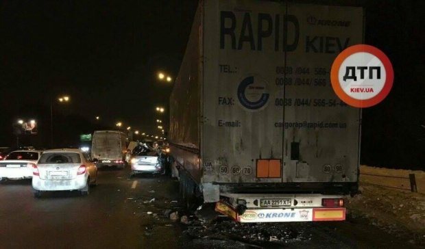 Грузовик снес крышу легковушке в Киеве