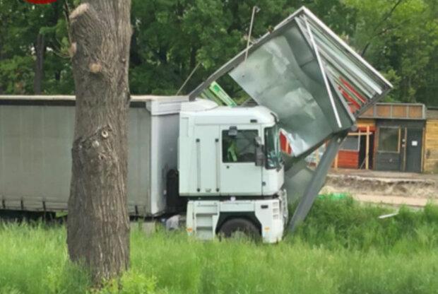 В Киеве грузовик не вписался в поворот и снес металлическую конструкцию, кадры с места аварии