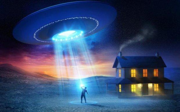 Заблудился: на видео попал НЛО, залетевший во двор жилого дома