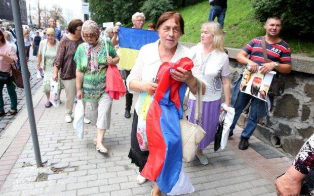 Пекельне мракобісся у Києві: навпроти Кабміну розгорнули прапор Росії