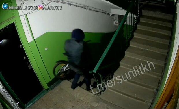 """У Харкові завівся велосипедний злодій: """"Не гидує навіть дітьми"""""""