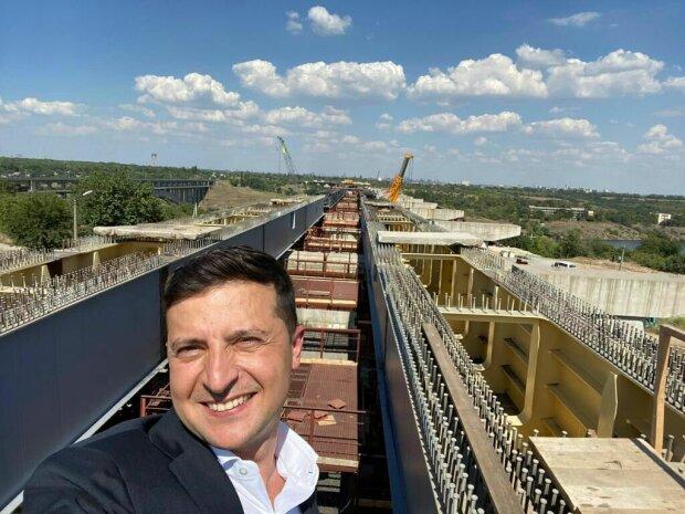 Зеленского заметили в странной позе на мосту в Запорожье, улыбка и прищуренный глаз