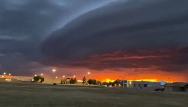 Огромный НЛО завис над городом — в сети показали впечатляющие кадры необычного явления
