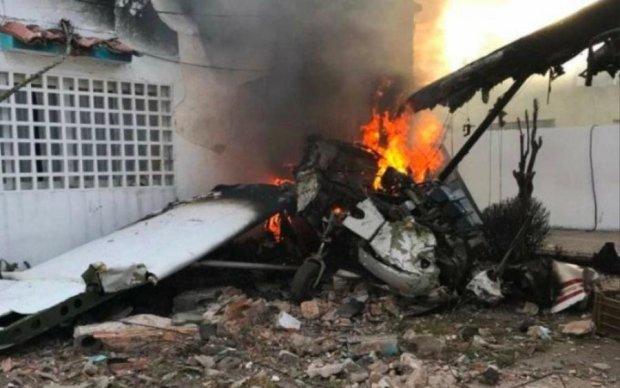 Пасажирський літак упав на житловий будинок, є жертви