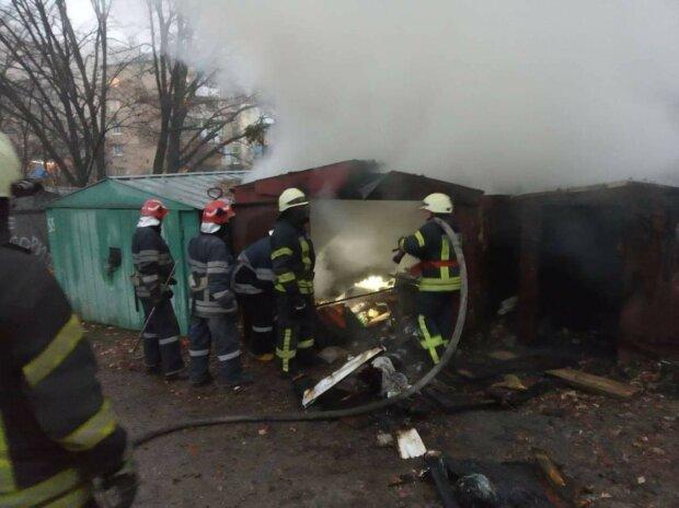 У Києві в Голосіївському районі в гаражах згоріло двоє людей, фото: Інформатор