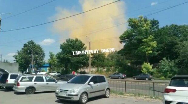 """Із заводу в Дніпрі валить жовтий дим, люди в паніці: """"Радіація?"""""""
