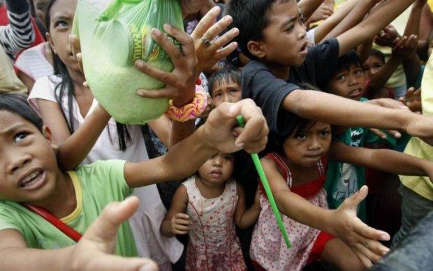 Хирурги вырезали жуткие руки паразита из живота девочки: фото