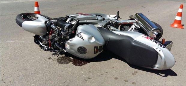 Дорога залита кровью: мотоциклист на скорости влетел в тролейбус, есть пострадавшие
