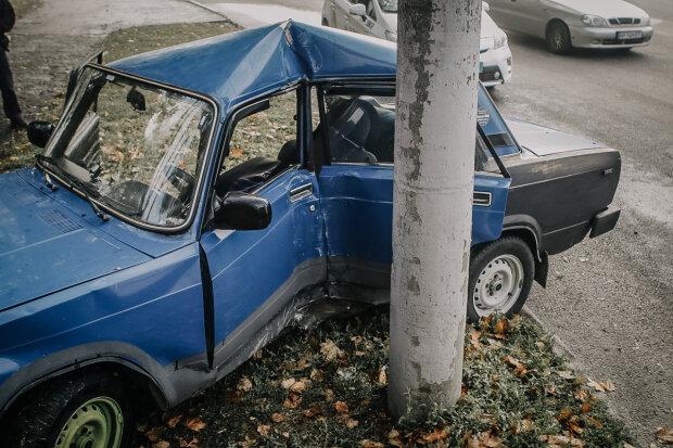 Машину на смітник, водія - в реанімацію: у Дніпрі некерований ВАЗ влетів у стовп